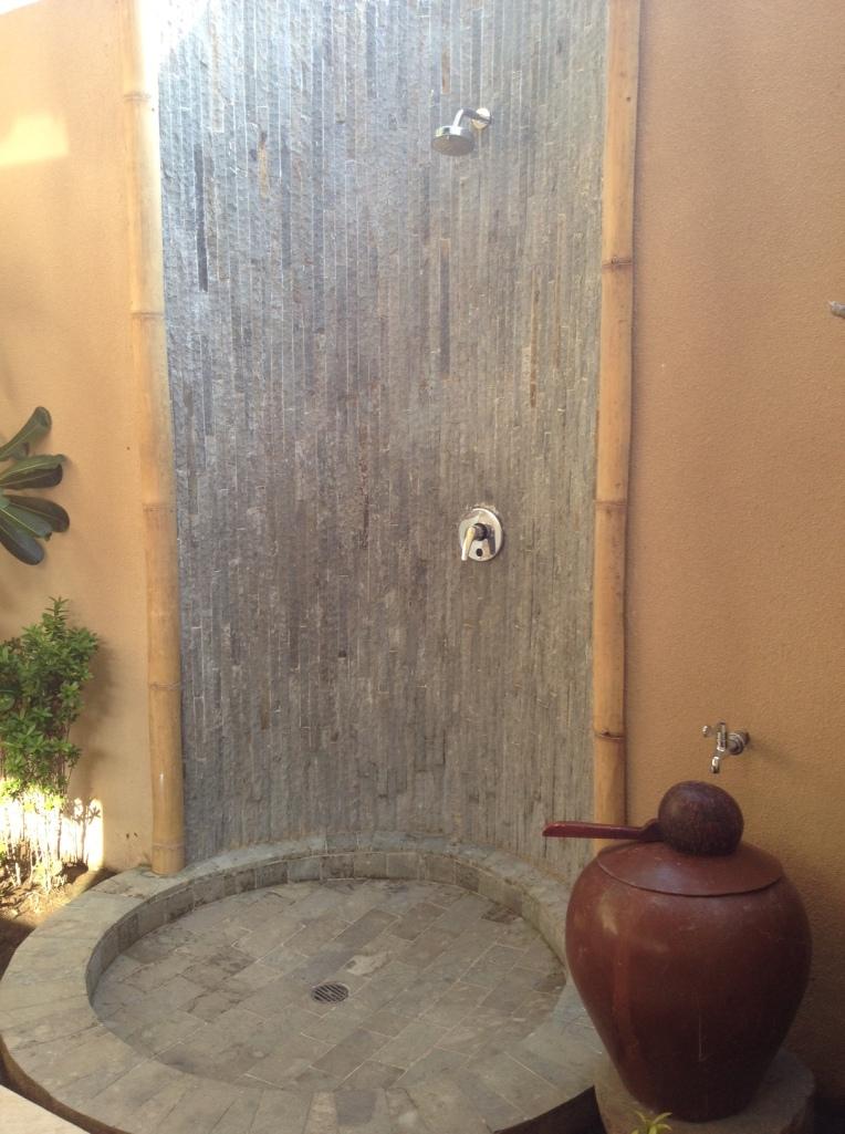 Kamar mandinya unik, di luar kamar tanpa atap *tatut diintip :D