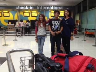 saya, Aep, dan Stella saat check in di Terminal 3 Soetta