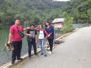 Tim di sebuah danau kecil di Tablanusu