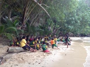 Belajar sambil praktek langsung ke lingkungan pantai