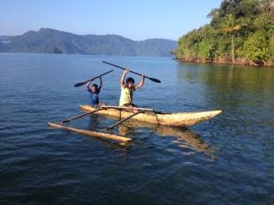 Aep mencoba dayung perahu