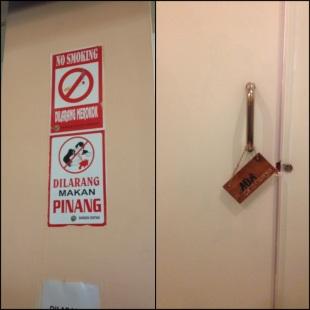 KET : Kiri : tulisan dilarang makan pinang sepertinya selalu ada di bandara di Papua seperti Nabire Kanan : di toilet tara da kunci jadi dipasang tulisan :D