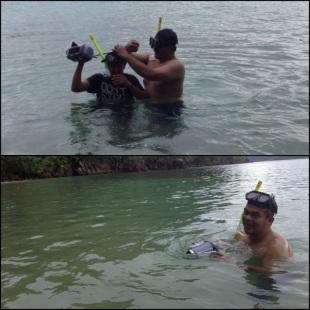 Aep dan Faizal saling bergantian mengambil gambar underwater