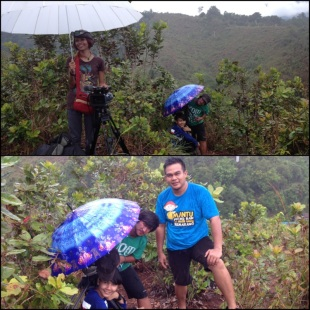 KET : Atas : payung properti syuting berguna juga ya Bawah : Stella, Aep & Faizal, kok difoto hujannya gak keliatan, padahal deras lho