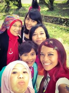 Una, Stella, Veena, Tiara, Saya, dan Dida di lokasi syuting Cisarua, Jawa Barat.